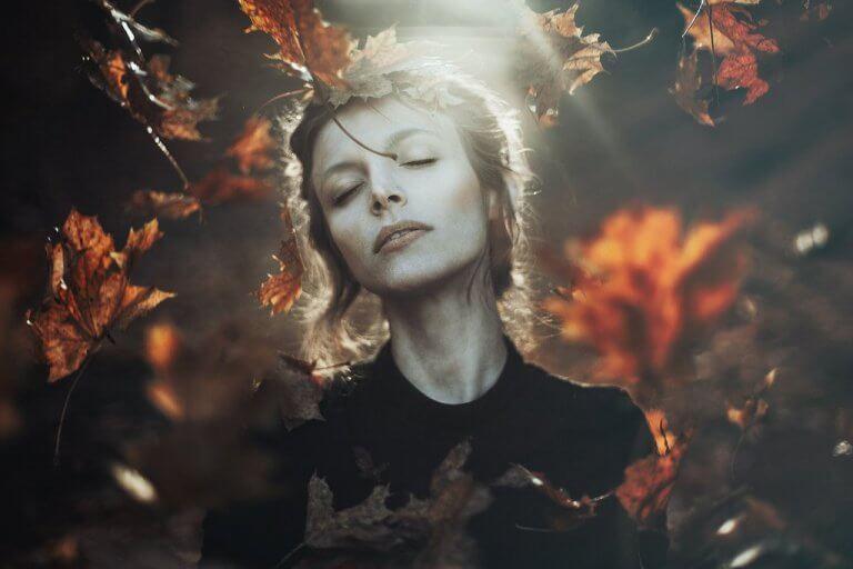 femme et feuilles d'automne