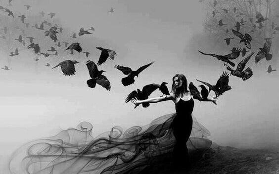 femme et oiseaux noirs