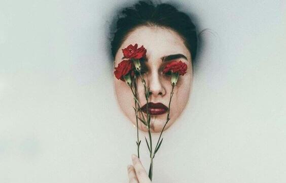 femme avec des roses sur le visage