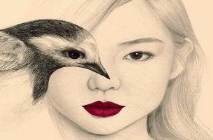 femme avec oiseau sur l'oeil