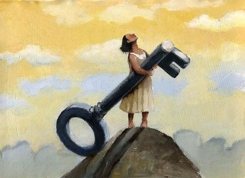 femme au sommet d'une montagne tenant une grosse clé