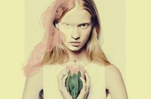 femme avec une fleur entre les mains