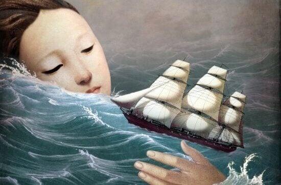 femme dans l'océan avec bateau
