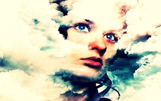 femme entourée de nuages