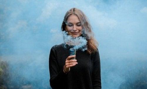 femme entourée de fumée bleue