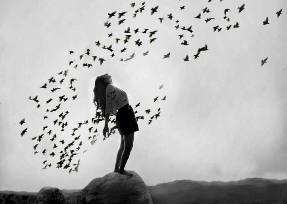 femme entouré d'oiseaux