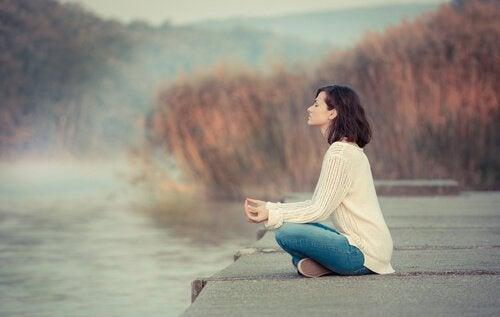 femme qui médite pour dissiper le brouillard cérébral