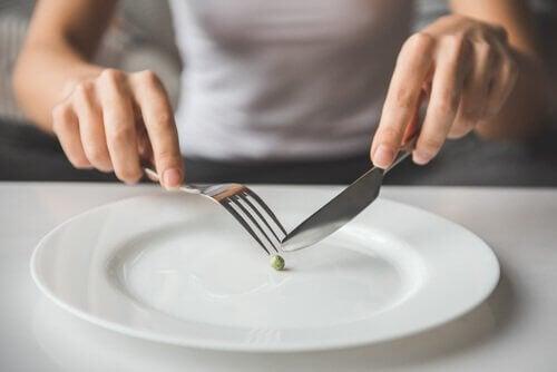 femme qui mange un petit pois