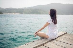 femme qui medite face a riviere