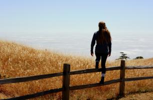 femme regardant horizon