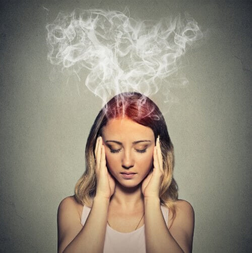 femme qui souffre de brouillard cérébral