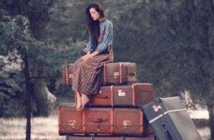 femme sur des valises
