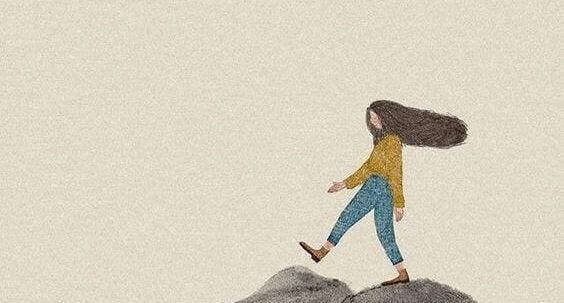 fille marchant sur des montagnes