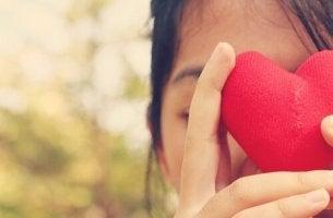 fille soutenant un coeur