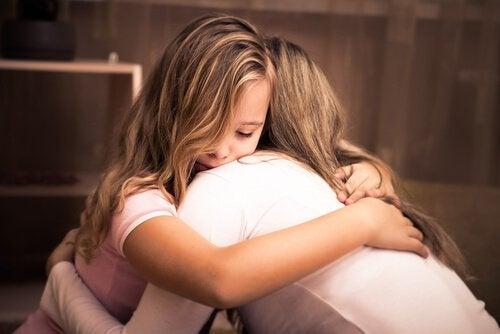 mère aidant sa fille à libérer ses émotions