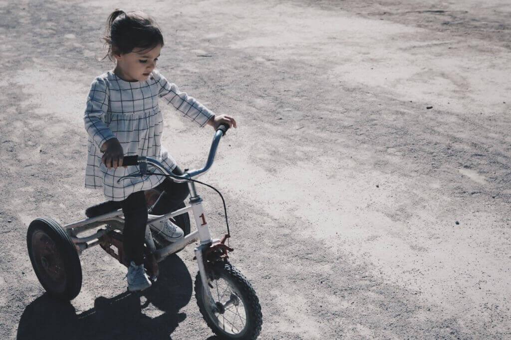 petite fille faisant du vélo