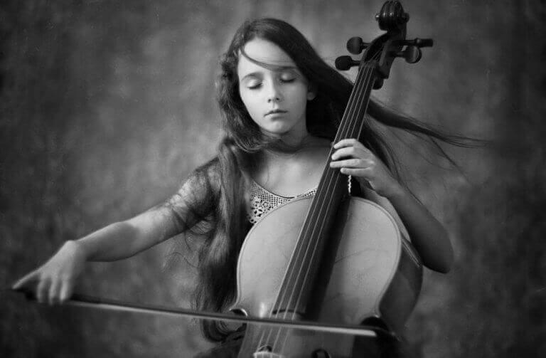 fille jouant du violoncelle