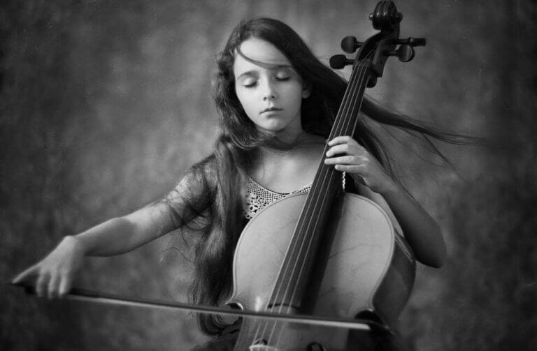 jeune fille jouant du violoncelle