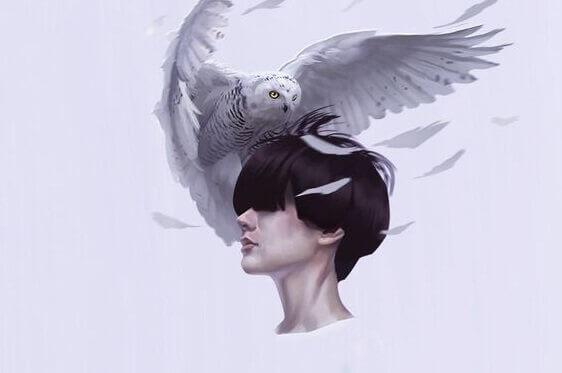 aigle sur la tête d'une femme