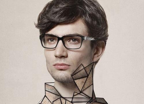homme assertif avec des lunettes