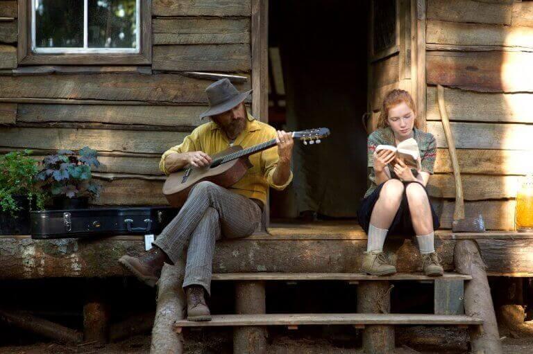 homme jouant de la guitare avec sa fille