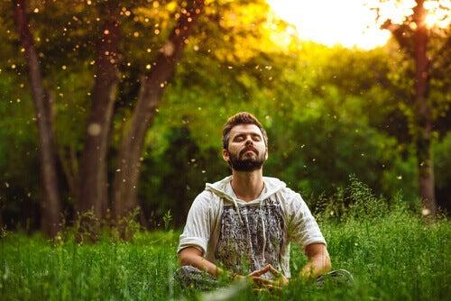 homme pratiquant la méditation