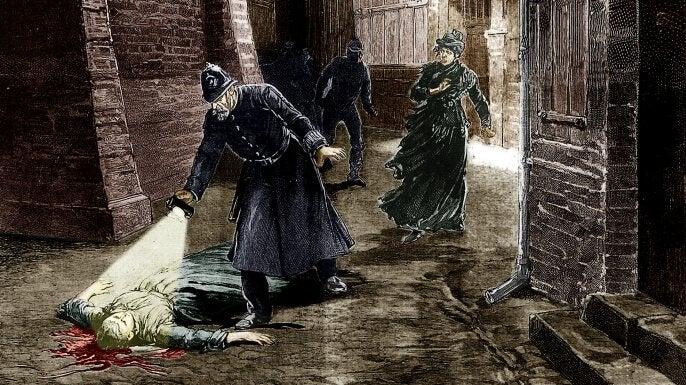 policiers trouvant une victime tuée par un monstre
