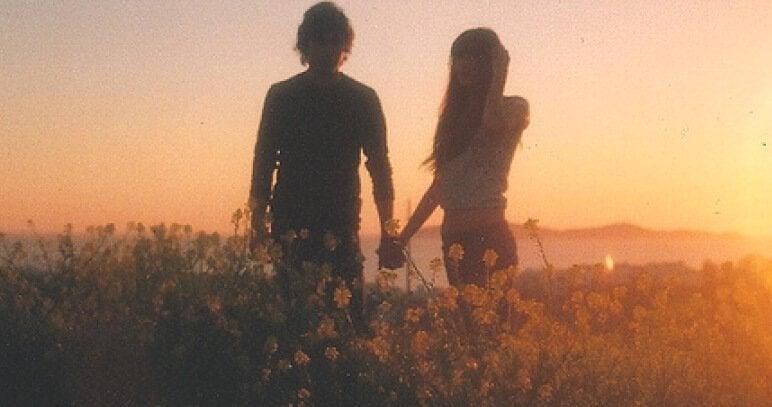 jeune couple dans un champ de fleurs