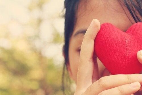 femme avec un cœur dans les mains