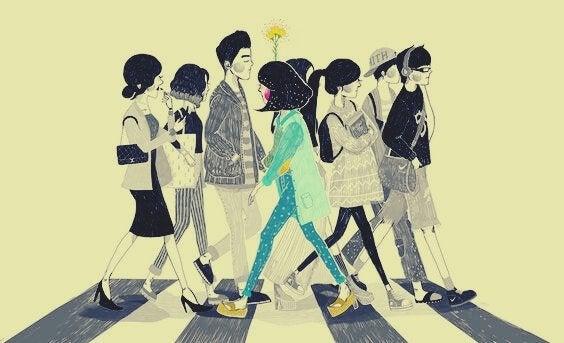 jeune femme traversant sur un passage pieton