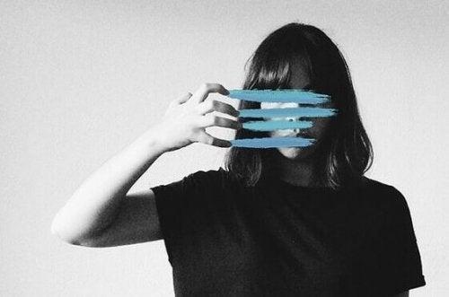 jeune fille avec des rayures bleues sur le visage