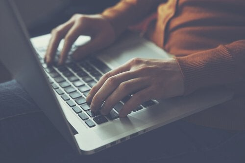 freelance avec ordinateur