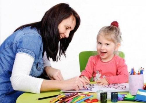 psychologue ou psychopédagogue avec une enfant