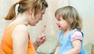 mère qui gronde sa fille en pleurs