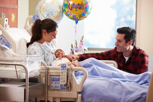 couple et leur bébé venant de naître