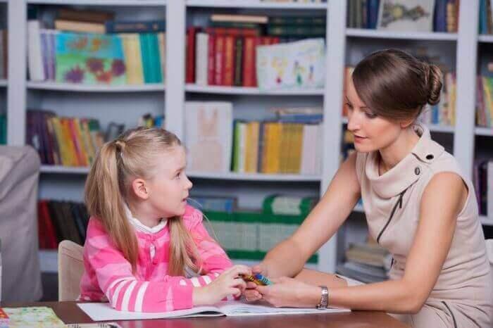 pedagogue avec une enfant