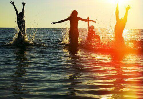 groupe d'ami-e-s à la plage