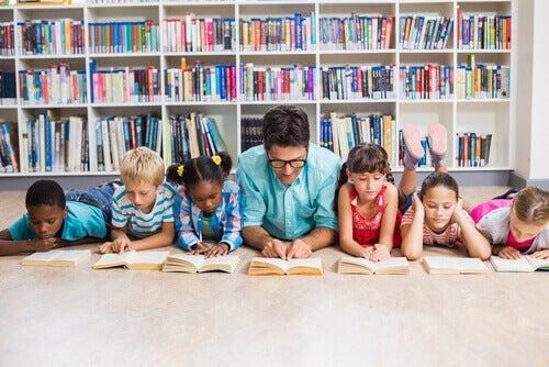 professeur lisant avec ses élèves