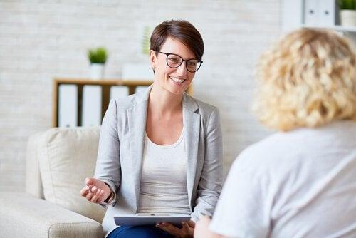 psychologue et patiente qui établissent une bonne alliance thérapeutique