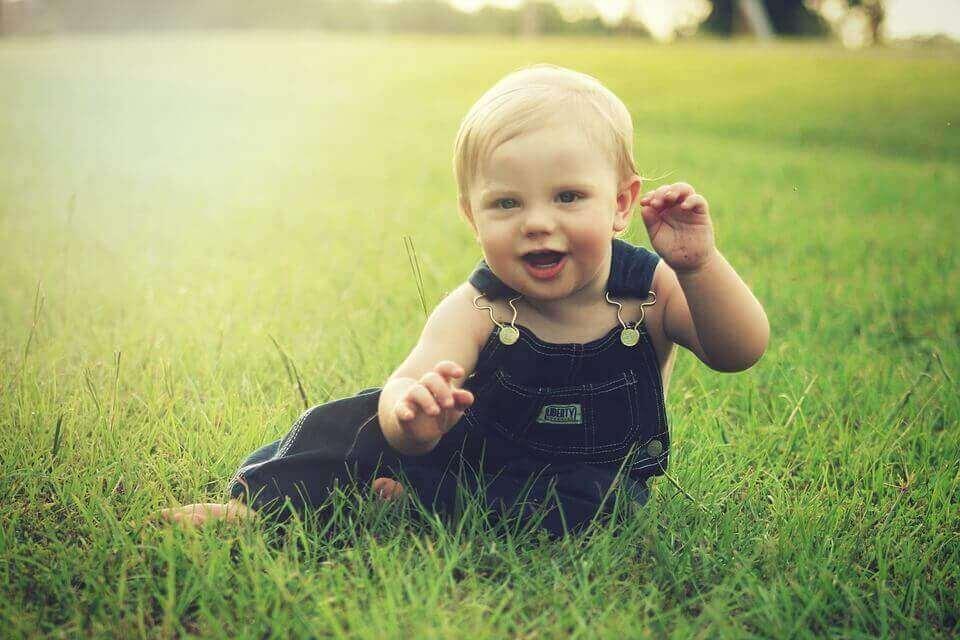 Les différentes étapes de l'évolution du bébé entre les 7 et 8 premiers mois de sa vie