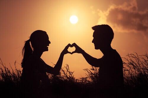 couple formant un coeur