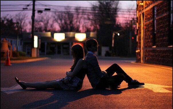 couple jeune assis dans rue