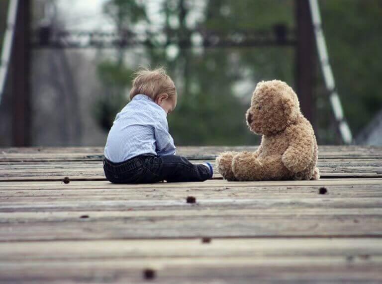 enfant avec un ours en peluche