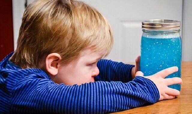 enfant avec sa bouteille de retour au calme