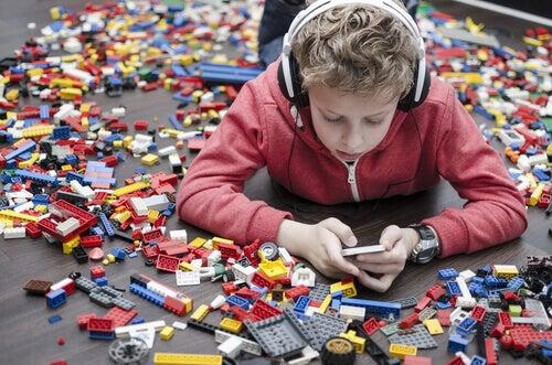 enfant avec un téléphone portable