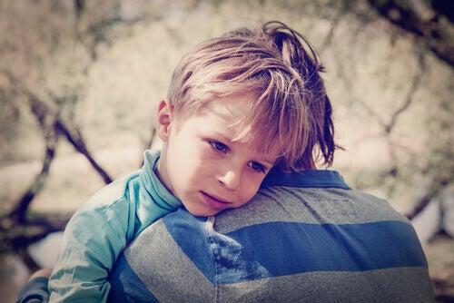 enfant triste embrassant son frere