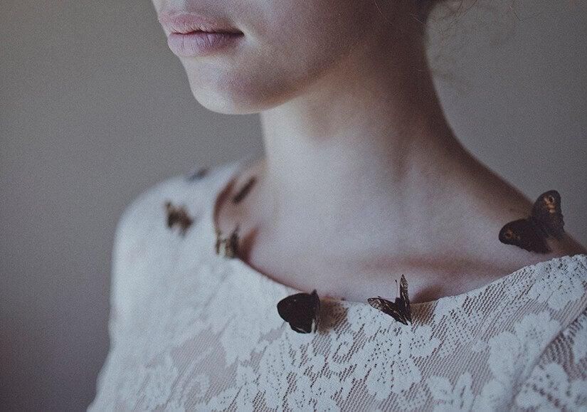 femme avec des papillons sur sa chemise