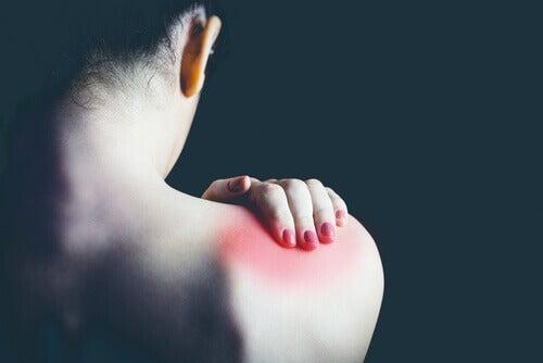 femme avec douleur de dos