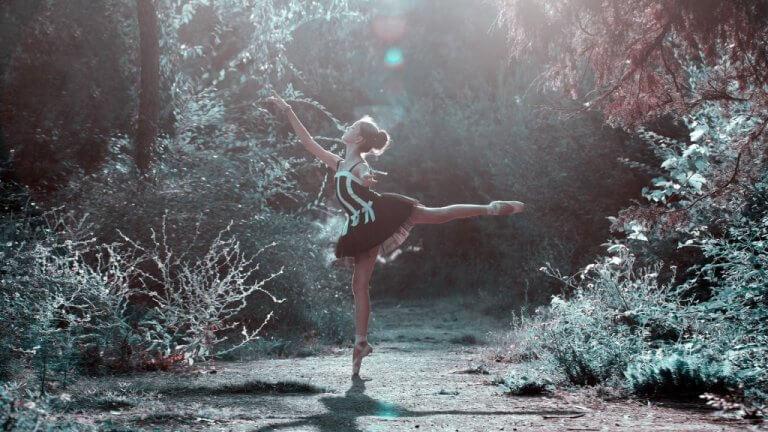 femme qui danse dans la forêt