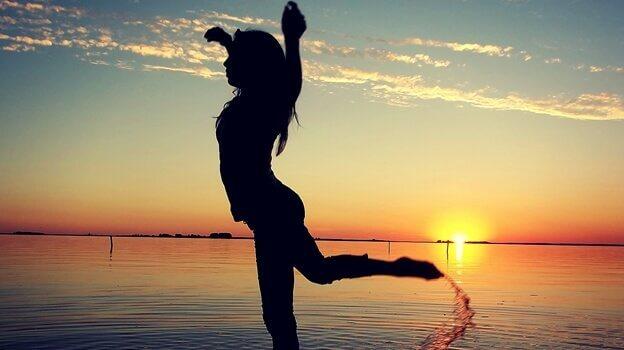 femme qui danse à la plage
